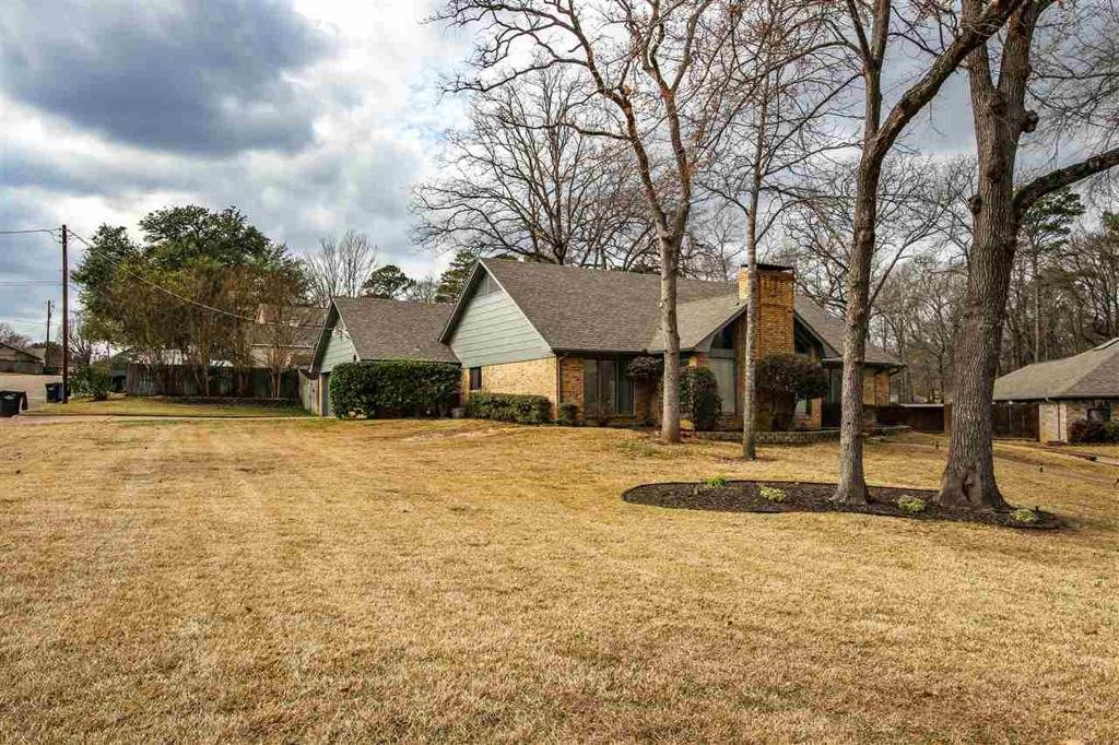Photo of home for sale at 1825 Northwood Ct, Longview TX