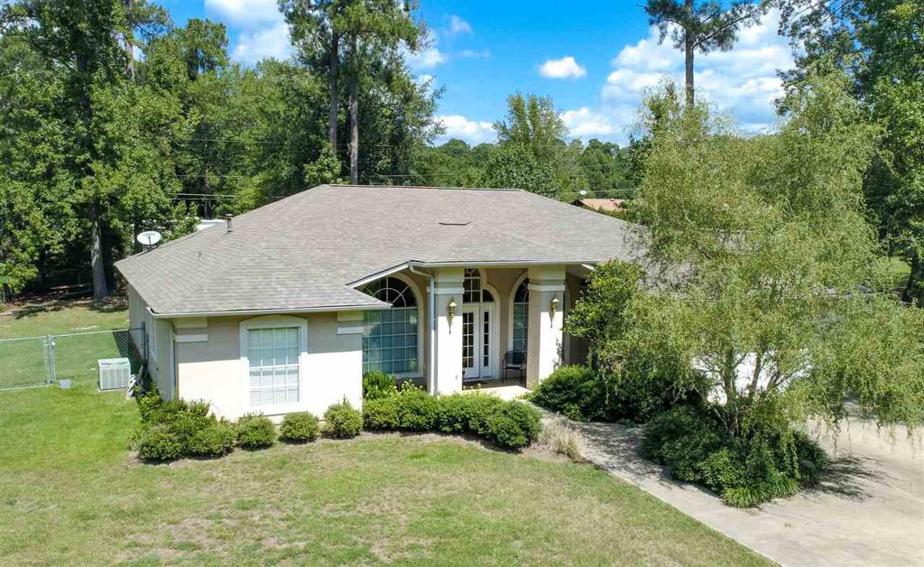 Photo of home for sale at 302 Horseshoe Bend, Linden TX