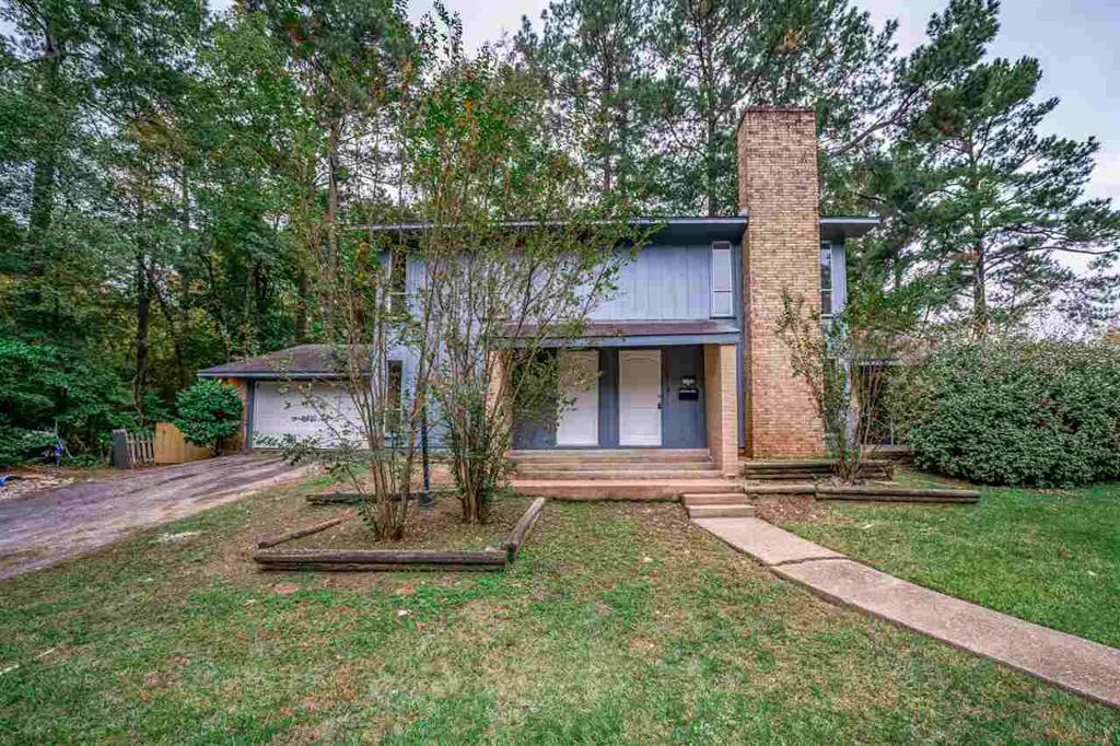 Photo of home for sale at 1102-1104 Lilac Dr, Longview TX