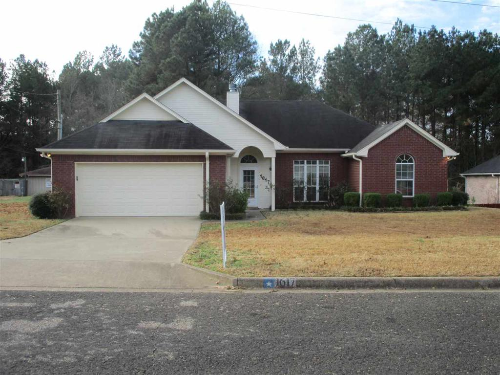 Photo of home for sale at 1617 Shady Lake Circle, Henderson TX
