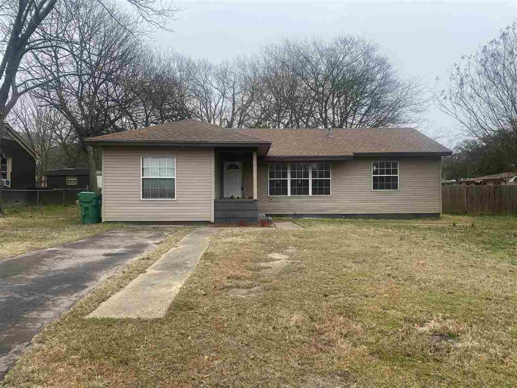 Photo of home for sale at 406 Heights Blvd, Omaha TX