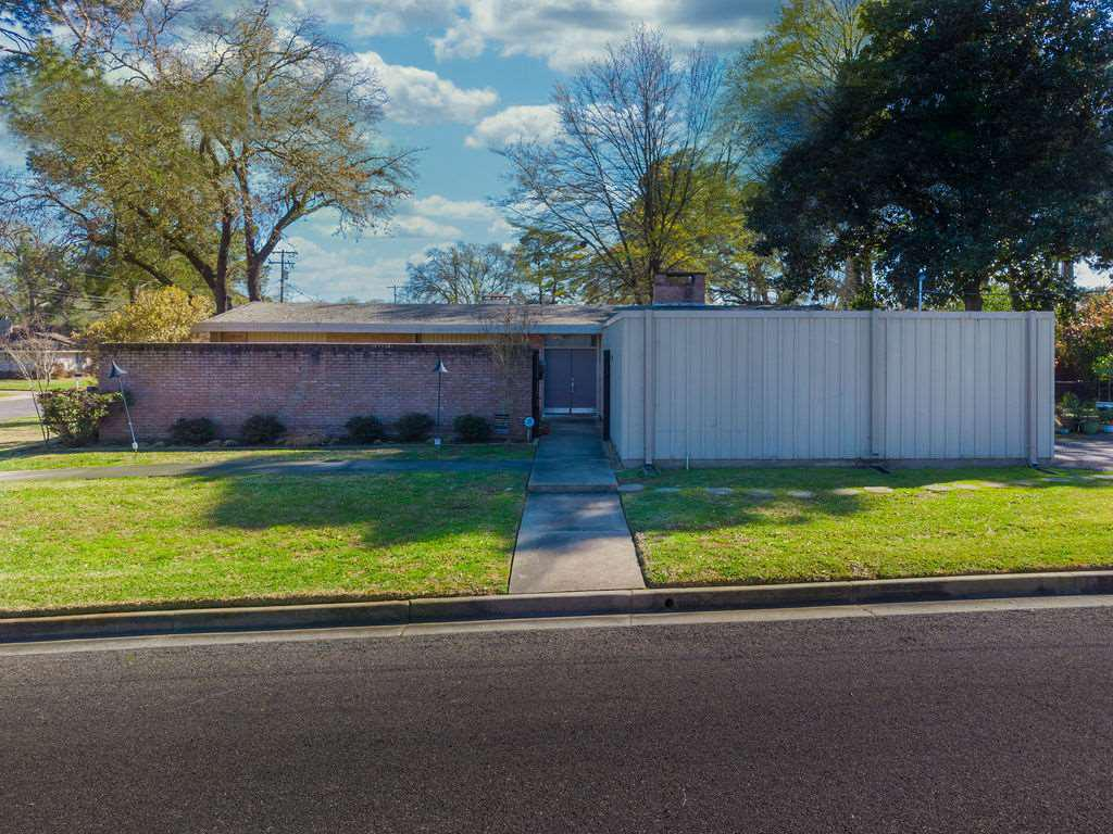 Photo of home for sale at 1805 Smallwood, Longview TX