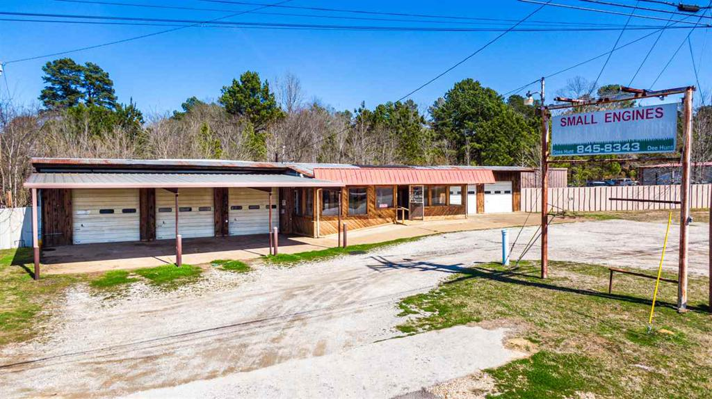 Photo of home for sale at 1827 E Broadway Ave, Gladewater TX