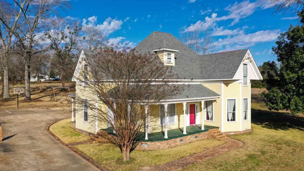 Photo of home for sale at 605 E Hiram, Atlanta TX
