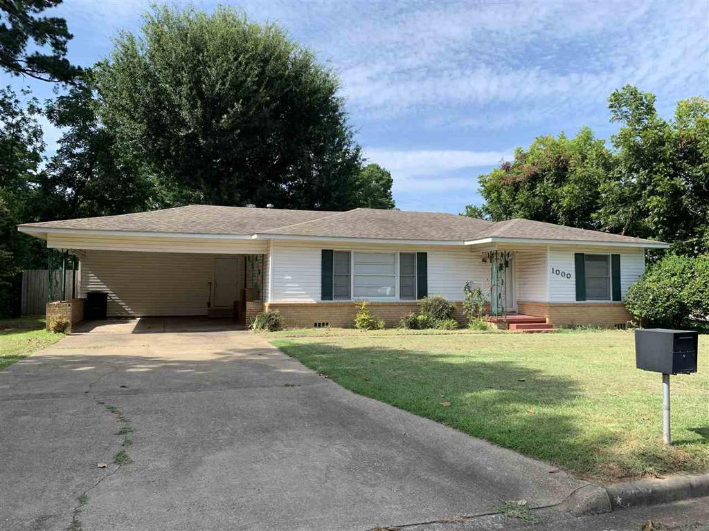 Photo of home for sale at 1000 Holland St, Carthage TX