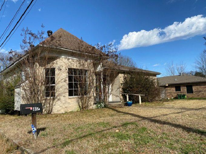 Photo of home for sale at 817 12th, Texarkana AR