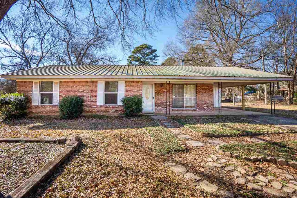 Photo of home for sale at 117 Lincoln Way, Longview TX